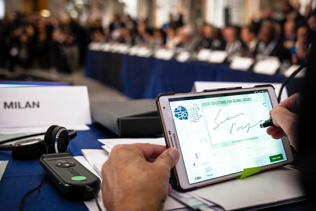Il sindaco di Milano firma sul tablet