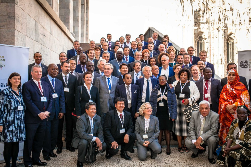Foto di gruppo dei sindaci alla firma del Milan Urban Food Policy Pact